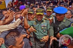 Panglima TNI Disambut Mahasiswa