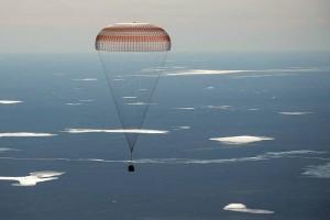 Tiga kru stasiun antariksa mendarat setelah enam bulan di orbit