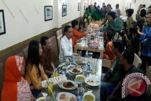 Warga Cirebon terharu diajak makan bersama Presiden Jokowi