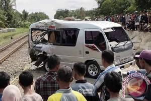 Kereta api tabrak bus, lima orang meninggal