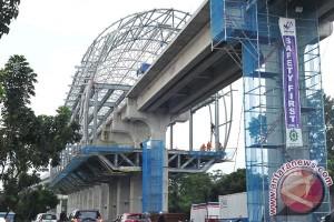 Pemasangan rel LRT di Palembang malam hari