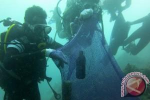 Di Hari Bumi belasan penyelam bersihkan 75 kg sampah dasar laut
