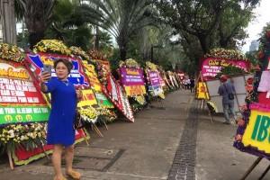 Warga DKI ramai berfoto dengan karangan bunga Ahok-Djarot