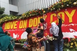 "Pengunjung ramai-ramai preteli karangan bunga ""Ayo Dukung Oke Oce"" di kantor Ahok"