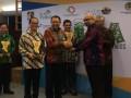 Direktur Korporasi dan Hubungan Eksternal PT Toyota Motor Manufacturing Indonesa (TMMIN) I Made Dana Tangkas (ketiga dari kiri) dan Direktur Finance & Administration PT Toyota-Astra Motor (TAM) Darmawan Widjaja (kedua dari kiri) menerima penghargaan The Best Indonesia Green Awards 2017 untuk Toyota Indonesia yang diserahkan oleh Chairman The La Tofi School of CSR La Tofi (kedua dari kanan), disaksikan Irjen Kementerian Lingkungan Hidup dan Kehutanan Imam Hendargo Agus Ismoyo (kanan) dan Senior Advisor The La Tofi School of CSR Hamda Zoelva (ketiga dari kanan), di Jakarta, Rabu (3/5). Toyota Indonesia berhak meraih predikat The Best Indonesia Green Awards 2017 karena berhasil menyapu bersih seluruh penghargaan dari 5 kategori yaitu Penyelamatan Sumber Daya Air, Menghemat Energi dan Penggunaan Energi Baru dan Terbarukan, Mengembangkan Keanekaragaman Hayati, Mempelopori Pencegahan Polusi, Mengembangkan Pengolahan Sampah Terpadu. (ANTARA FOTO/HO)
