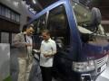 Product Sales Incharge PT Tata Motors Distribusi Indonesia, Dwi Juniarto (kiri) menjelaskan kepada pengunjung bus baru Tata LPT 407 yang dipamerkan pada Indonesia International Motor Show (IIMS) 2017 di JIExpo Kemayoran, Jakarta, Rabu (3/5/2017). Tata Motors memproduksi Tata LPT 407 untuk memenuhi permintaan bus yang meningkat seiring meningkatnya pembangunan infrastruktur dan animo perjalanan wisata. (ANTARA /Audy Alwi)