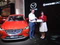 Presiden Direktur PT Eurokars Motor Indonesia Roy A Arfandy (kiri) memberikan sertifikat kepemilikan All New Mazda CX-3 kepada perwakilan 12 pembeli pertama, Pingkan di IIMS, Jakarta, Minggu (7/5/2017). Mazda menyerahkan secara resmi unit All New Mazda CX-3 kepada 12 pembeli pertamanya.(ANTARA /Akbar Nugroho Gumay)