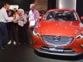 Presiden Direktur PT Eurokars Motor Indonesia Roy A Arfandy (kiri) berbincang dengan perwakilan 12 pembeli pertama All New Mazda CX-3 seusai acara serah terima unit di IIMS, Jakarta, Minggu (7/5/2017). Mazda menyerahkan secara resmi unit All New Mazda CX-3 kepada 12 pembeli pertamanya. (ANTARA/Akbar Nugroho Gumay)
