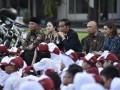 Presiden Joko Widodo (tengah) bersama Menko PMK Puan Maharani (kedua kiri), Mendikbud Muhadjir Effendy (kiri), Kepala Staf Presiden Teten Masduki (kedua kanan) dan Duta Baca Indonesia Najwa Shihab (kanan) menyimak pembacaan dongeng saat acara Gemar Baca dalam rangka Hari Buku Nasional di halaman tengah Istana Merdeka, Jakarta, Rabu (17/5/2017). Presiden dalam kesempatan tersebut membacakan dongeng Lutung Kasarung didepan ratusan siswa dari berbagai sekolah di Jakarta. (ANTARA/Puspa Perwitasar)