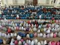 Sejumlah santri cilik didampingi orang tua mereka mengikuti kegiatan Gema Seribu Santri Berzikir di Masjid Baitussalahin, Ulee Kareueng, Banda Aceh, Aceh, Jumat (19/5/2017). Kegiatan yang bertujuan untuk mengedukasi anak mengenai makna zikir itu diselenggarakan dalam rangka menyambut bulan Suci Ramadan. (ANTARA/Ampelsa)