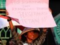 Mahasiswa yang tergabung dalam Aliansi Mahasiswa FISIP se-DKI, Jabar, dan Banten melakukan aksi unjuk rasa di Jalan Cut Meutia, Bekasi, Jawa Barat, Jumat (19/5/2017). Mereka menuntut nasionalisasi aset strategis yang dikuasai asing khususnya tambang Freeport, meminta pelaksanakan Undang-Undang Pokok Agraria Nomor Lima 1960 tentang hak milik atas tanah, dan stop intimidasi terhadap petani. (ANTARA/Risky Andrianto)