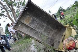 Truk bawa wisatawan terjun ke sungai, tiga meninggal