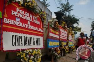 Giliran Mapolrestro Bekasi Kota yang dipenuhi kiriman karangan bunga