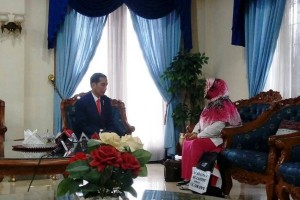 Tunaikan nazar, Sri jalan kaki dari Sragen demi serahkan ini untuk Presiden Jokowi
