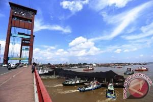 Tongkang Tabrak Jembatan Ampera