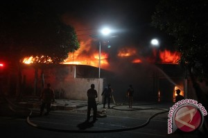 Kebakaran Pabrik Lampu Surabaya