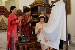 Iriana Widodo ajak Ratu Silvia dari Swedia membatik