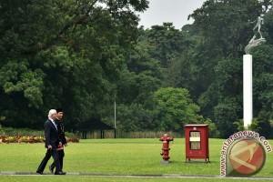 Raja Carl XVI Gustaf tanam pohon kayu besi di Kantor CIFOR