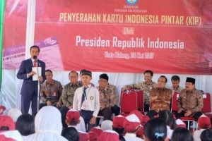 Presiden Jokowi bagikan KIP di Malang