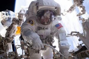 Astronot berhasil ganti komputer di angkasa