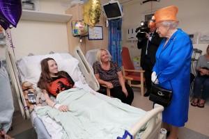 Ratu Elizabeth kunjungi korban bom Manchester
