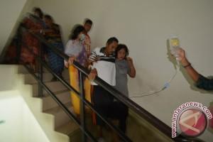 Warga berhamburan keluar hotel-pertokoan akibat gempa