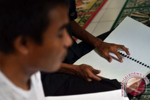 Membaca Alquran Huruf Braille