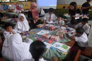 Aksi hemat energi siswa SDN Banten bersama Duta Berkelanjutan Henkel