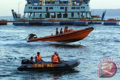 SAR cari penumpang kapal jatuh saat swafoto di Selat Bali