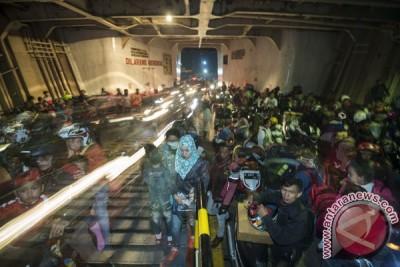 Antre lebih empat jam pemudik belum terangkut di Pelabuhan Merak