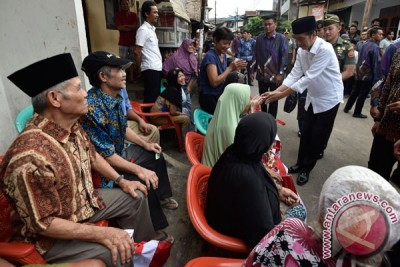 President Jokowi visits densely populated areas in Jakarta