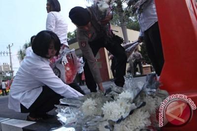 Markas Polda Sumatera Utara  dipenuhi papan bunga duka cita