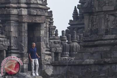 Obama visits Prambanan temple