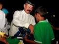 Panglima Kodam IX/Udayana Mayjen TNI Komaruddin Simanjuntak (kiri) memberikan bingkisan kepada seorang anak panti asuhan saat buka puasa bersama di Markas Korem 161/Wirasakti Kupang, NTT, Senin (5/6/2017). Kegiatan buka puasa bersama tersebut merupakan bagian dari Safari Ramadan Pangdam IX/Udayana setelah sebelumnya mengunjungi prajurit di wilayah perbatasan Indonesia-Timor Leste.(ANTARA /Kornelis Kaha)