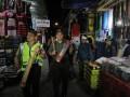 Polisi bersama personel TNI memukul kentongan saat patroli sahur di kawasan Ampel, Surabaya, Jawa Timur, Selasa (6/6/2017) dini hari. Kegiatan yang dilakukan sejumlah polisi, personil TNI dan warga tersebut disamping untuk membangunkan warga makan sahur sekaligus untuk berpatroli menjaga keamanan selama Ramadan. (ANTARA /Didik Suhartono)