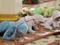 Sejumlah siswa Sekolah Dasar (SD) mengikuti Pesantren Ramadan, di Masjid Ganting, Padang, Sumatera Barat, Rabu (7/6/2017). Pemkot Padang menggelar kegiatan tahunan pesantren Ramadhan 1437 Hijriah hingga 20 Juni 2017, yang diikuti 110.950 siswa kelas empat SD hingga kelas tiga SMP di 1.457 masjid dan mushalla. (ANTARA /Iggoy el Fitra)