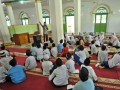 Sejumlah siswa Sekolah Dasar (SD) mengikuti Pesantren Ramadan, di Masjid Ganting, Padang, Sumatera Barat, Rabu (7/6/2017). Pemkot Padang menggelar kegiatan tahunan pesantren Ramadhan 1437 Hijriah hingga 20 Juni 2017, yang diikuti 110.950 siswa kelas empat SD hingga kelas tiga SMP di 1.457 masjid dan mushalla. (ANTARA/Iggoy el Fitra)