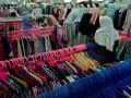 Calon konsumen memilih busana di sebuah pusat perbelanjaan di Semarang, Jawa Tengah, Kamis (8/6/2017). Menurut pedagang setempat, penjualan berbagai busana pada pekan kedua Ramadan mulai mengalami peningkatan sekitar 50 persen. (ANTARA/R. Rekotomo)