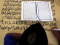 Seorang warga binaan bernama Ahmad Yani menulis mushaf (lembaran) Alquran raksasa di Lapas Klas IIB Blitar, Jawa Timur, Selasa (13/6/2017). Kitab suci Alquran yang memiliki ukuran halaman 90 x 120 centimeter dengan tulisan tangan tersebut, ditargetkan rampung pada lima bulan mendatang. (ANTARA/Irfan Anshori)