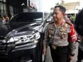 Kapolri Jenderal Pol Tito Karnavian berjalan memasuki gedung KPK, Jakarta Senin (19/6/2017). Kedatangan Kapolri ke markas lembaga antirasuah itu untuk membahas pengungkapan kasus penyiraman air keras terhadap penyidik senior KPK Novel Baswedan. (ANTARA FOTO/Hafidz Mubarak A)