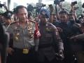 Kapolri Jenderal Pol Tito Karnavian (kiri) berjalan memasuki gedung KPK, Jakarta Senin (19/6/2017). Kedatangan Kapolri ke markas lembaga antirasuah itu untuk membahas pengungkapan kasus penyiraman air keras terhadap penyidik senior KPK Novel Baswedan. (ANTARA FOTO/Hafidz Mubarak A)