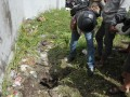 Warga melihat lubang diduga terowongan yang dilalui narapidana meloloskan diri di Lembaga Pemasyarakatan (Lapas) Kerobokan, Denpasar, Senin (19/6/2017). Empat narapidana yaitu Shaun Edward Davidson (Australia), Dimitar Nikolov Iliev (Bulgaria), Sayed Mohammed Said (India) dan Tee Kok King Bin Tee Kim Sai (Malaysia) masih diburu petugas setelah meloloskan diri dari Lapas Kerobokan melalui terowongan tersebut. (ANTARA FOTO/Nyoman Budhiana)