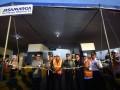 Wakil Gubernur Jawa Timur Saifullah Yusuf (ketiga kiri) didampingi Kapolda Jatim Irjen Pol Machfud Arifin (Kedua kiri), Kasdam V Brawijaya Brigjen TNI Widodo (keempat kiri), Asisten II Sekdaprov jatim Fatah Jasin (kiri), Kadis PU Bina Marga Jatim Gatot Hadi Sulistyo (kelima kiri), Direktur Jasa Marga Surabaya-Mojokerto Budi Pramono (keenam kiri) mengguntung pita saat peresmian fungsional tol Surabaya-Mojokerto di Gerbang Tol Waru, Sidoarjo, Jawa Timur, Senin (19/6/2017). Tol Surabaya Mojokerto sepanjang 36 kilometer tersebut sudah tersambung namun masih satu jalur dan dapat dimanfaatkan bagi pemudik Lebaran 2017 yang akan melintasi jalur Surabaya-Sidoarjo-Mojokerto dengan kecepatan maksimal 40 km/jam. (ANTARA FOTO/M Risyal Hidayat)