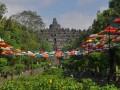 Ratusan payung warna-warni menghiasi jalan menuju candi Borobudur kawasan Taman Wisata Candi (TWC) Borobudur, Magelang, Jawa Tengah, Senin (19/6/2017). Pemasangan payung tersebut untuk memperindah pemandangan Candi Borobudur sekaligus untuk memberikan rasa teduh kepada wisatawan. (ANTARA FOTO/Anis Efizudin)