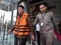 Anggota Komisi V DPR Musa Zainudin (kiri) berjalan usai diperiksa di Gedung KPK, Jakarta, Senin (19/6/2017). Musa diperiksa KPK dalam kasus dugaan suap pengesahan program aspirasi proyek pembangunan infrastruktur jalan dalam APBN 2016 Kementerian PUPR. (ANTARA FOTO/Hafidz Mubarak A)