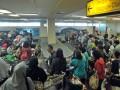 Sejumlah pemudik mengambil bagasi saat tiba di Bandara Internasional Minangkabau (BIM), Padangpariaman, Sumatera Barat, Senin (19/6/2017). Untuk mengantisipasi lonjakan penumpang, sebanyak 379 penerbangan tambahan (ekstra flight) diadakan oleh sejumlah maskapai, mulai H-11 hingga H+ 15 dengan jumlah kursi 2.844 tempat duduk setiap hari. (ANTARA FOTO/Iggoy el Fitra)