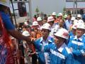 Wakil Menteri ESDM Arcandra Tahar (kedua kanan) bersama Ketua Komisi VII DPR Gus Irawan Pasaribu (ketiga kanan) dan Direktur Pemasaran PT Pertamina Muchamad Iskandar (kanan) menyalami supir tangki BBM ketika mengunjungi Terminal BBM Medan Group, di Medan, Sumatera Utara, Senin (19/6/2017). Kunjungan tersebut dalam rangka melihat kesiapan PT Pertamina dalam memenuhi kebutuhan BBM masyarakat selama Lebaran 2017. (ANTARA FOTO/Irsan Mulyadi)