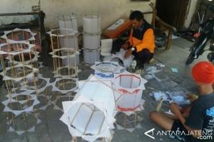"""Lampion """"teng-tengan"""" masih identik dengan suasana Ramadhan di Semarang"""