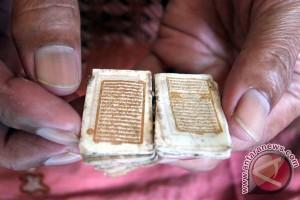 Keluarga ini jalani Ramadan dengan Quran emas setengah abad
