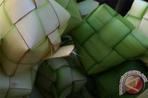 Pedagang ketupat Kota Bogor kewalahan terima pesanan